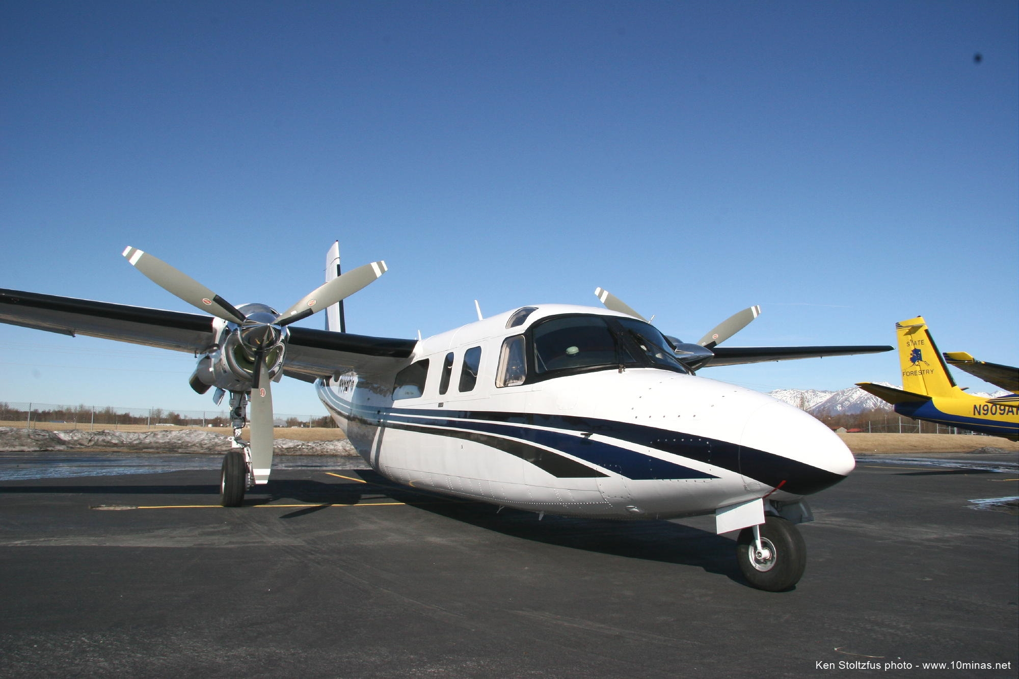 Aero_Commander_690B_aircraft_photo