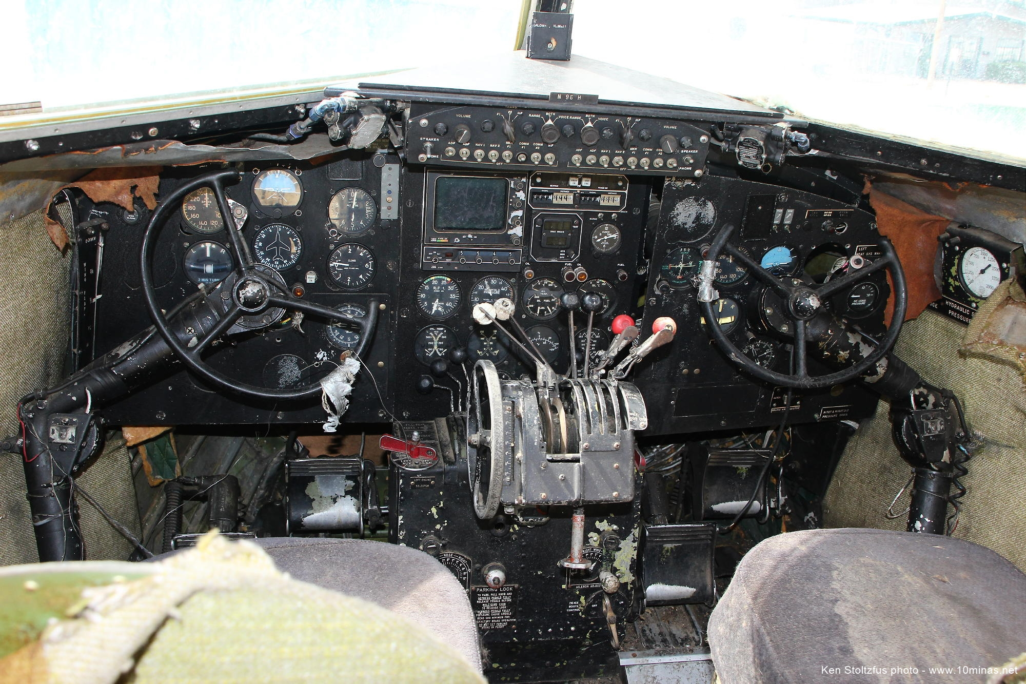 Douglas_DC-3_Cockpit_Instrument_Panel
