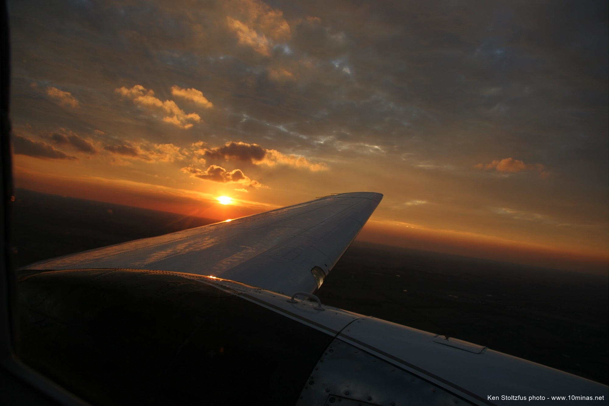 Sunset_photo_over_DC-3_airplane_wing